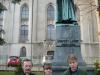 Przed-pomnikiem-ks-Lutra