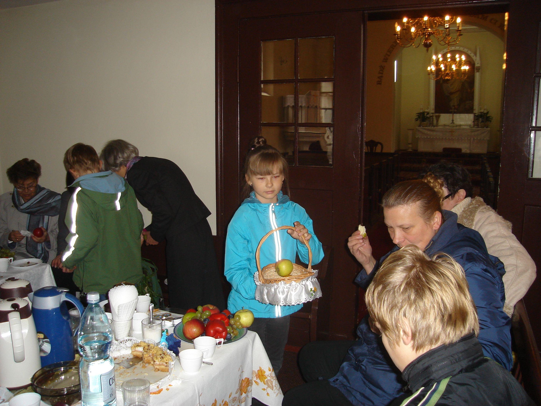 Martyna-podzielila-sie-owocami-z-ogrodu-dziadkow